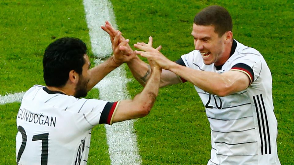 Robin Gosens (r:) feiert mit Ilkay Gündogan das1:0 im EM-Testspiel gegen Lettland