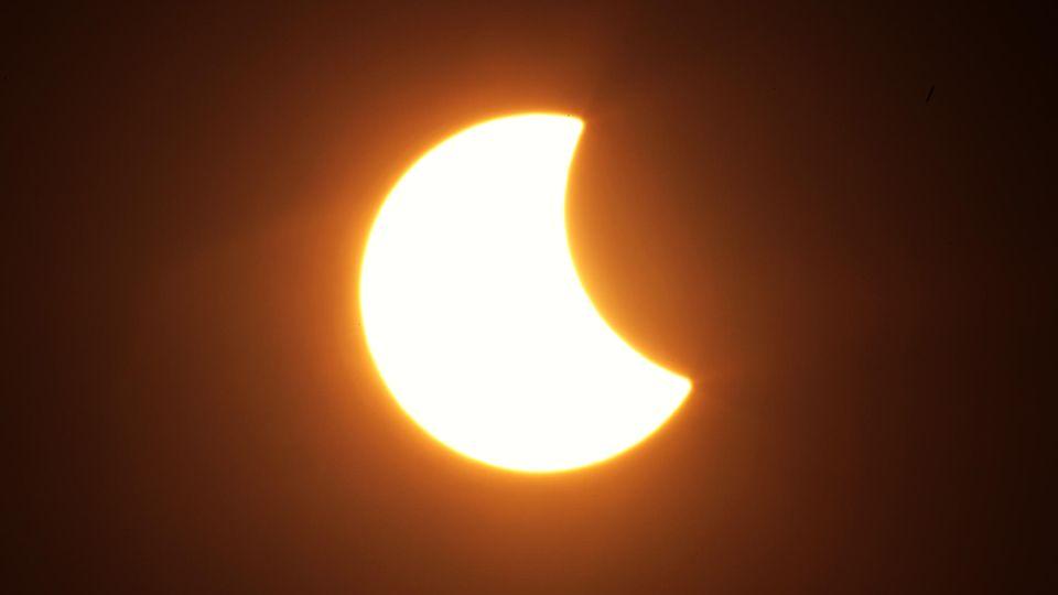 Der Mond hat sich teilweise vor die Sonne geschoben