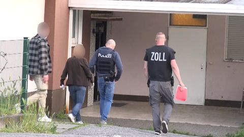 Razzia gegen Clankriminalität: Einsatzkräfte der Polizei gehen in ein Haus in Mülheim