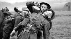 Training der Kommandosoldaten. Typisch derFairbairn–Sykes-Dolch.