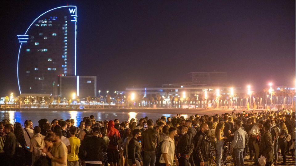 Das Ende des Corona-Notstands: Feiernde am Strand in der Barceloneta in der Hauptstadt Kataloniens.