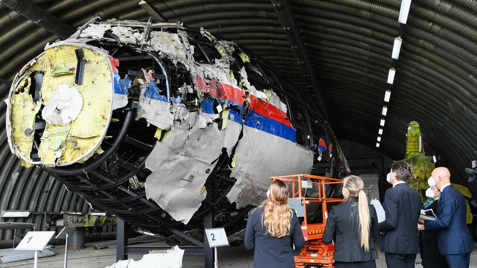 Betrachtung des Boeing-Wracks von Flug MH 17 in einem Hangar im niederländischen Reijen