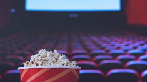 Kinosaal und Popcorn