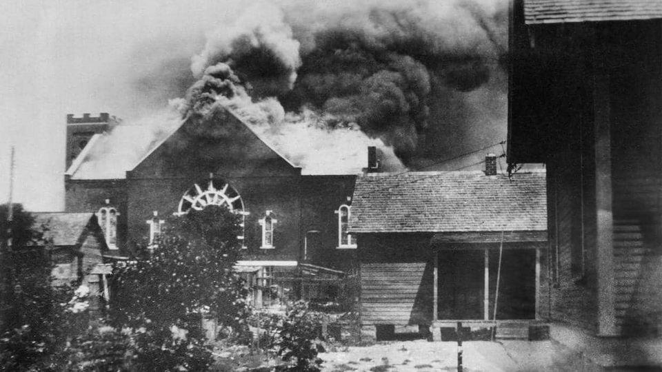 In der brennenden Kirch wurde Munition gelagert.