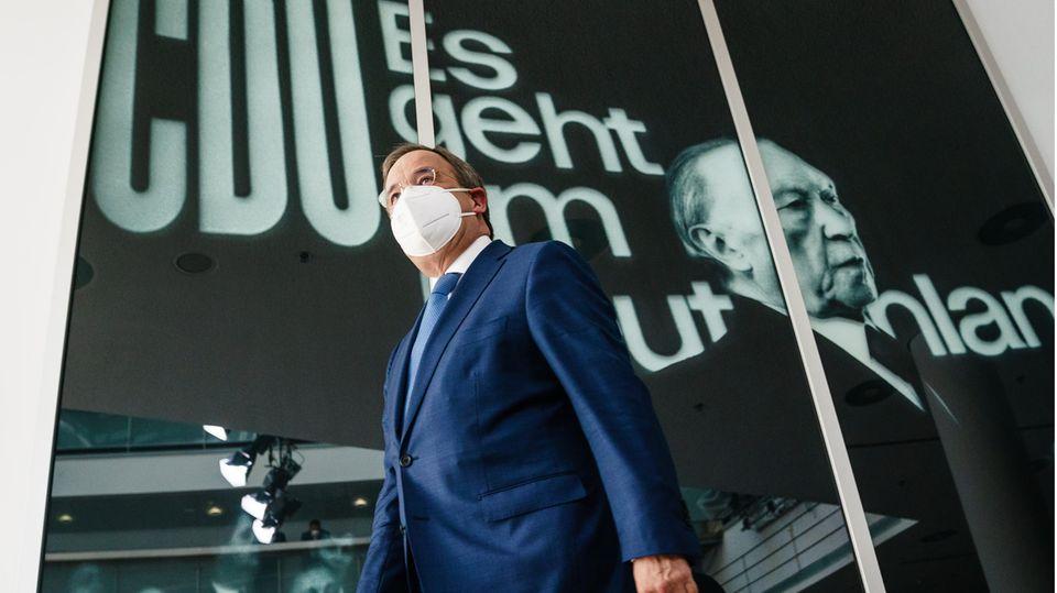 Armin Laschet vor einem Bild Konrad Adenauers in der CDU-Parteizentrale