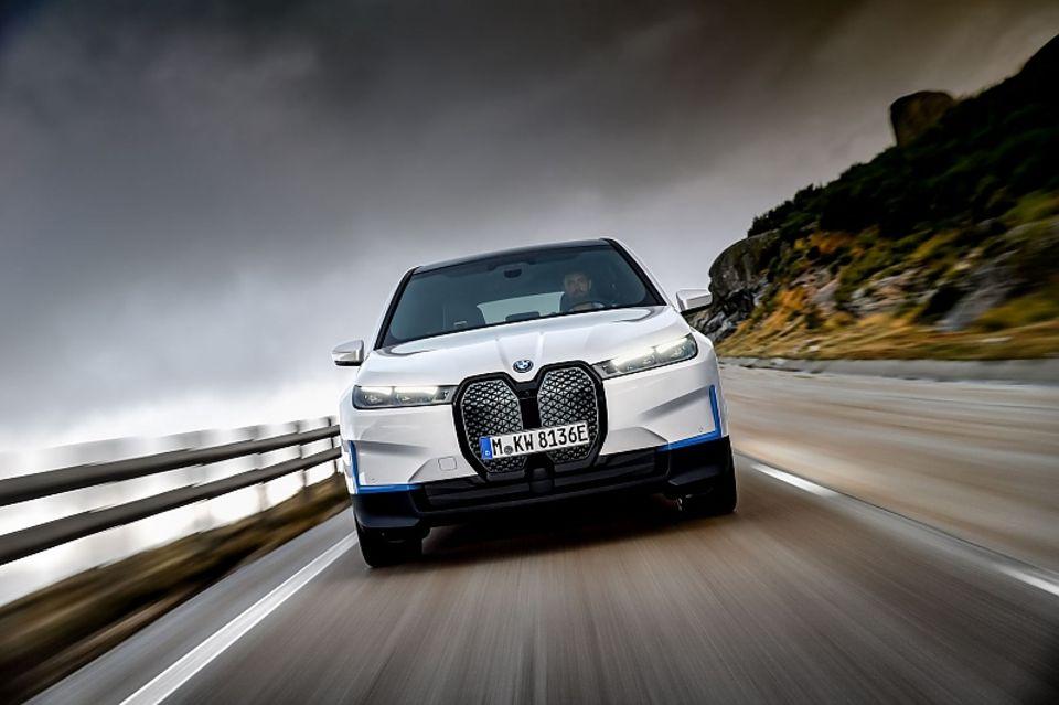 Die Front des BMW iX polarisiert