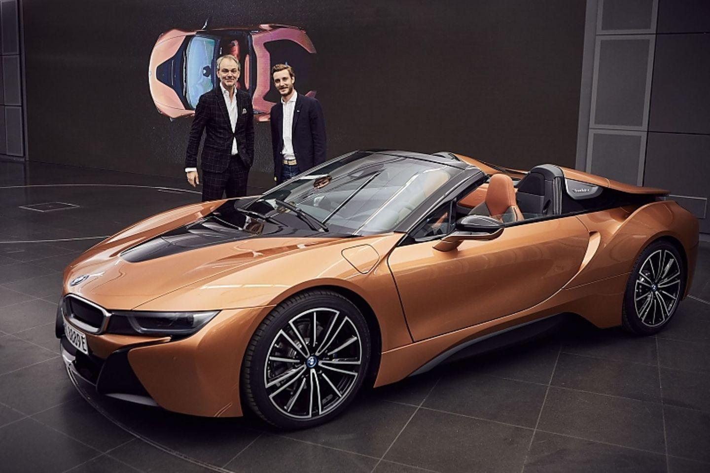 Adrian van Hooydonk (links), Pierre Casiraghi und der BMW i8 Roadster