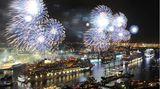 """Feuerwerkspektakel im Rahmen des Hamburger Hafengeburtstag: Im Mai 2012 wird die """"Aida Mar"""" als neuntes Schiff der Aida-Flotte getauft."""