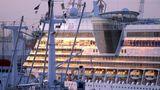Aus dem Schiffsrumpf herausragend: Das sich über mehrere Decks erstreckende Theatrium ist das Kennzeichen der Sphinx-Klasse. DieseUnterhaltungsbühne in der Schiffsmitte wird fast pausenlos bespielt.
