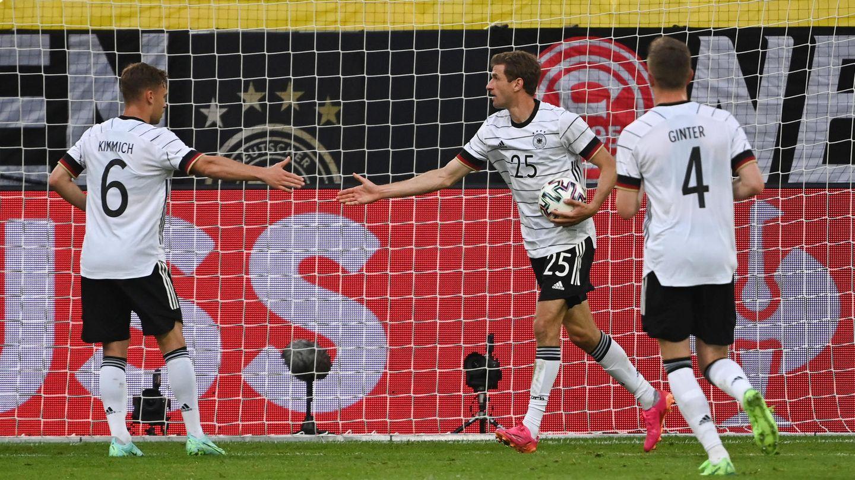Thomas Müller klatscht nach seinem Tor im Spiel gegen LettlandmitJoshua Kimmich ab