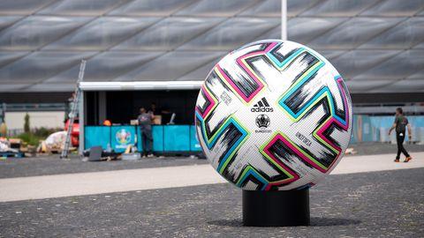 """Ein überdimensionaler offizieller Spielball """"Uniforia"""" vor der Arena in München"""