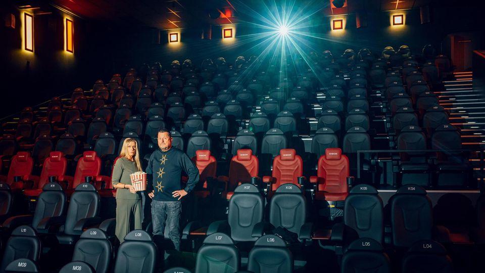 Anja und Meinolf Thies in ihrem Kino. Zuschauer dürfen nicht rein – und auf einen Teil der Hilfsgelder warten sie vergebens