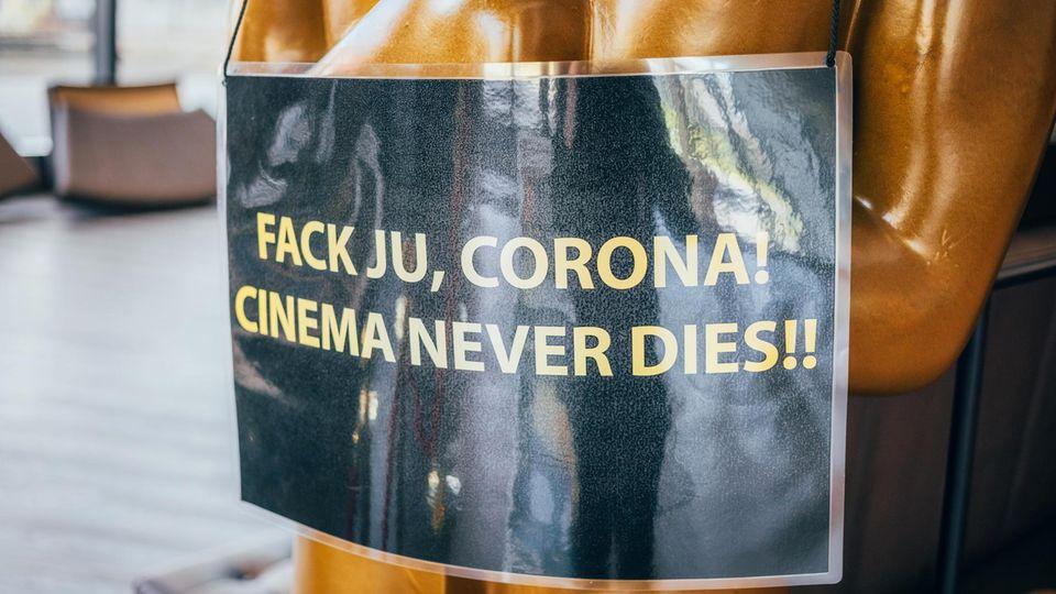 Im Foyer steht eine große Oscar-Figur, der die Kinobesitzer ein trotziges Schild um den Hals gehängt haben
