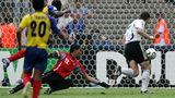 Miroslav Klose erzielt seinen zweiten Treffer beim 3:0 gegen Ecuador