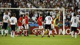 Michael Ballack erzielt das 1:0 gegen Österreich per Freistoß