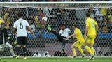 Jérôme Boateng verhindert spektakulär ein Gegentor gegen die Ukraine
