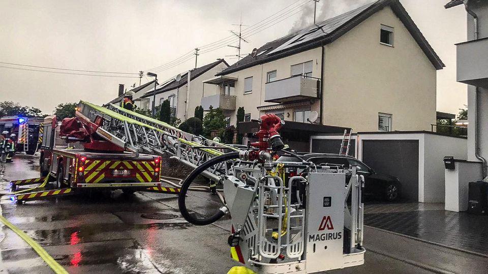 In Baden-Württemberg in Herrenberg-Haslach hat ein Blitz einen Dachstuhl in Brand gesetzt.