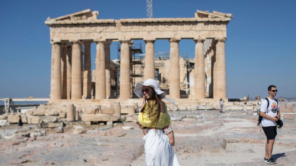 Touristin vor Akropolis