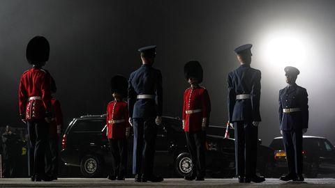 Newquay, England.Eine Ehrengarde steht stramm auf dem nebligen Rollfeld, bevor Joe Biden, Präsident der USA, und seine Frau Jill Biden aus der Air Force One am Cornwall Airport aussteigen. Ob es wohl einen Zuschlag gibt für das Rumstehen bei Nebel und Dunkelheit? Oder ist die Ehre, einen US-Präsidenten zu begrüßen, Lohn genug?