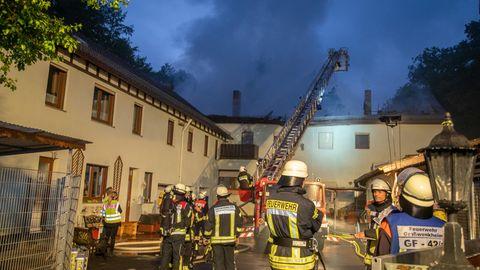Einsatzkräfte der Feuerwehr löschen den Brand in einem Tierheim
