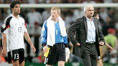 Michael Ballack, Kapitän Oliver Kahn und Trainer Rudi Völler blicken ins Leere (v. l. n. r.)