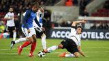 Mats Hummels trennt Kylian Mbappé vom Ball