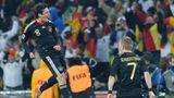 Mesut Özil springt nach seinem Siegtreffer gegen Ghana jubelnd in die Höhe