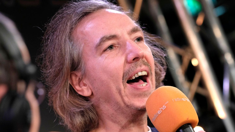 Olli Schulz spricht bei einem Interview 2020 auf der Berlinale in ein Mikrofon.