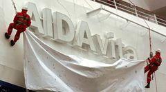 """Auf der Aker MTW Werft in Wismar entsteht der erste für die Reederei in Deutschland auf Kiel gelegte Neubau: Die """"Aida Vita"""" wird im Mai 2002 von Doris Schröder-Köpf getauft und ist bereits 202 Meter lang."""