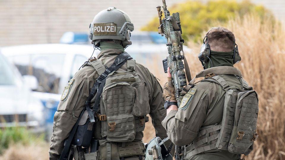 Beamte eines Spezialeinsatzkommandos (SEK) der Frankfurter Polizei stehen an einem Einsatzort im Osten der Stadt