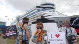 """Mitglieder von Umwelt-Organisationen wie dem Nabu protestieren immer wieder gegen die Verwendung von Schweröl als Treibstoff auf Kreuzfahrtschiffen. Hier demonstrieren sie im Mai 2012 am Cruise Terminal in Hamburg vor der """"Aida Luna""""."""