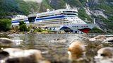 """Nordland-Kreuzfahrt: Die """"Aida Bella"""", Baujahr 2008, liegt an einem Kai im Eidfjord, einem Nebenarm des Hardangerfjords in Norwegen."""