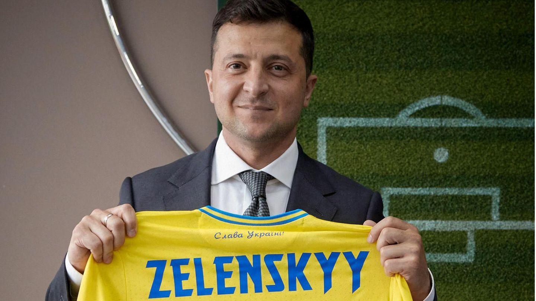 Präsident Wolodymyr Selenskyj zeigt das EM-Shirt der Ukraine