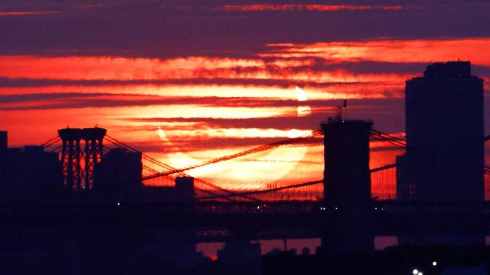 Feuerring über der Brooklyn Bridge: So dramatisch zeigt sich die partielle Sonnenfinsternis in New York