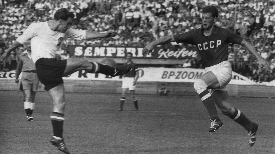 Viktor Ponedelnik (r.) im Zweikampf mit Österreichs Karl Koller am 4. September 1960