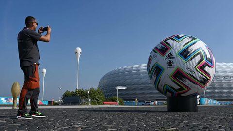 Einsamer Besucher vor der für die EM vorbereitete Allianz Arena in München
