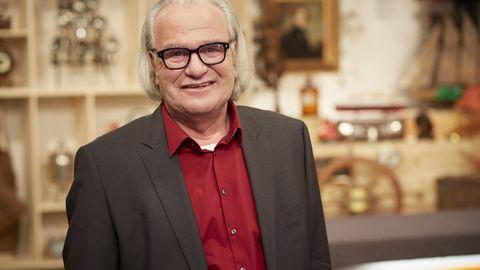 Albert Maier steht am Expertentisch im Studio von Bares für Rares in Pulheim und schaut in die Kamera