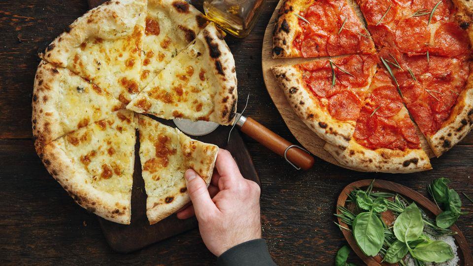 """Pizza  Eine wichtige Importzutat machte die Pizza erst zu Pizza, voher kannte man sie ausschließlich als Brot und das seit bereits 2000 Jahren. In der Mitte des 18. Jahrhunderts kam die Tomate nach Neapel und wohl auch aufs Brot. Die Speise verbreitete sich rasant, und es waren vor allem die Touristen, die die Leckerei in allen Ländern verbreiteten. Pizza war Streetfood, ein Gerichts fürs einfache Volk. Das aber auch schnell Einzug in die königlichen Höfe erhielt. Eine der beliebtesten Pizzen trägt daher noch heute den Namen einer italienischen Königin. Margarita habe, so geht die Legende, bei einem Besuch Neapels 1889 unbedingt die lokale Spezialität kosten wollen. Beim damals besten Pizzabäcker der Stadt, hatte sie die Wahl aus drei Sorten: Weiß mit Schweinespeck, Caciocavallo-Käse und Basilikum; Olivenöl und Sardellen; und Tomaten, Mozzarella und Basilikum.Die Geschichte besagt, dass die Königin die dritte wählte, weil sie der Flagge Italiens ähnelte. Seither trägt die Pizza """"Margherita"""" ihren Namen. Zu globalem Ruhm aber halfen ihr italienische Auswanderer, die die Pizza im 19. Jahrhundert in die Welt brachten. In den USA wurde so aus dem einfachen Gericht ein Welthit. Hier geht's zum Rezept!"""