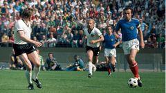 Dragan Dzajic führt den Ball am Fuß im Spiel gegen Deutschland
