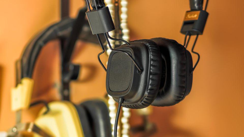 Headset-Halterung: Ein Kopfhörer hängt an einem Haken.