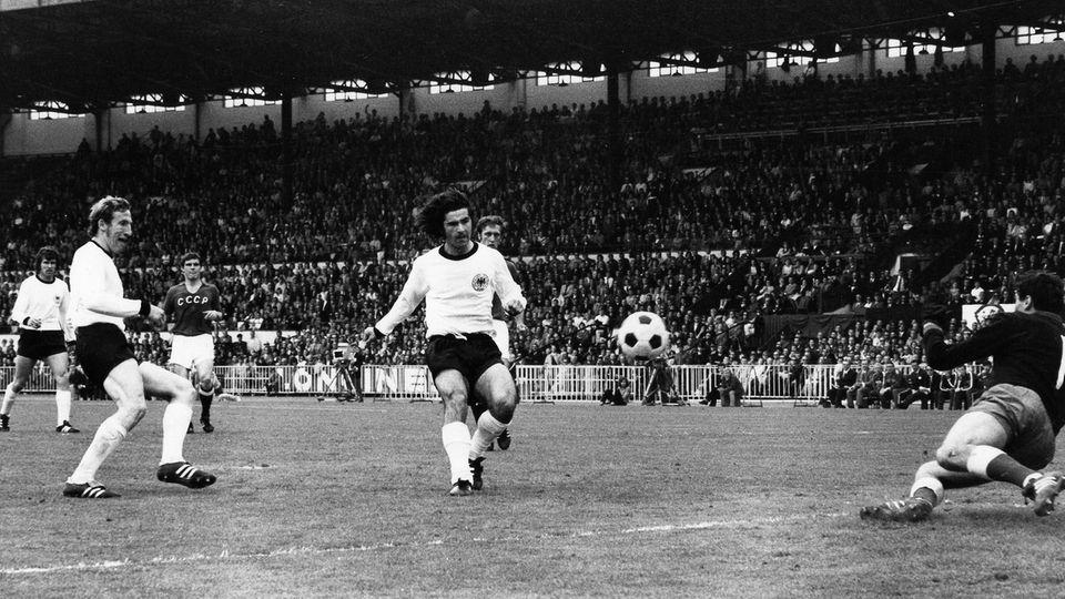 Gerd Müller schießt den Ball ins Tor der Sowjetunion