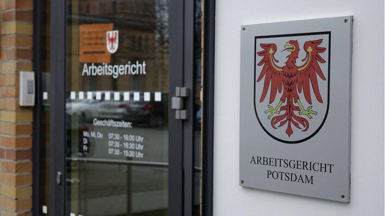 Verdächtige zu Bluttat in Potsdamer Behindertenheim mit vier Toten klagt gegen Kündigung.