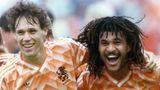 Marco van Basten legt seinen Arm über die Schulter von Ruud Gullit