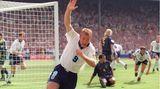 Alan Shearer reckt einen Arm in die Höhe und dreht nach einem Tor jubelnd ab