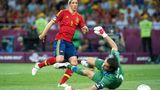 Fernando Torres schießt das 3:0 und guckt dem Ball hinterher, Italiens Torwart Buffon liegt am Boden