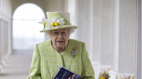 Queen Elisabeth II. spaziert durch einen Säulengang