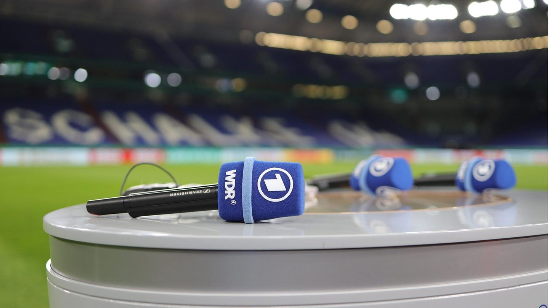 ARD-Mikrofone liegen auf einem Pult