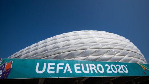 """Ein Banner mit der Aufschrift """"UEFA Euro 2020"""" hängt vor der Allianz Arena"""