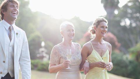 Hochzeitsgäste lachen in die Kamera