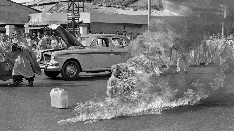 """11. Juni 1963: Die Selbstverbrennung des MönchsThich Quang Duc  Das Bild von Thich Quang Duc, der auf einer Straße sitzt und regungslos in Flammen aufgeht, wurde Pressefoto des Jahres 1963. Ein anwesender Reporter der """"New York Times"""" sagte später über die Selbstverbrennung des vietnamesischen Mönchs: """"Ich war zu bestürzt, um überhaupt zu denken… Während er brannte, bewegte er keinen einzigen Muskel, gab keinen Laut von sich und bildete damit durch seine sichtliche Gefasstheit einen scharfen Gegensatz zu den klagenden Leuten um ihn herum.""""  Der damals 66-Jährige Geistliche hatte sich in Saigon selbst angezündet, umgegen die Diskriminierung der buddhistischen Bevölkerungsmehrheit durch die katholische Regierung zu protestieren."""